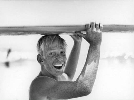 allan-grant-freckled-surfer-larry-shaw-carrying-surfboard-on-his-head.jpg